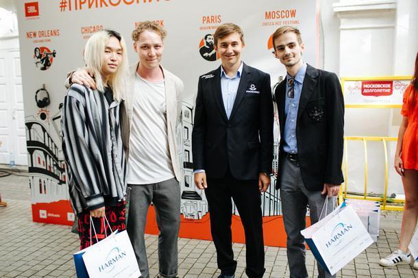Сергей Карякин второй справа.