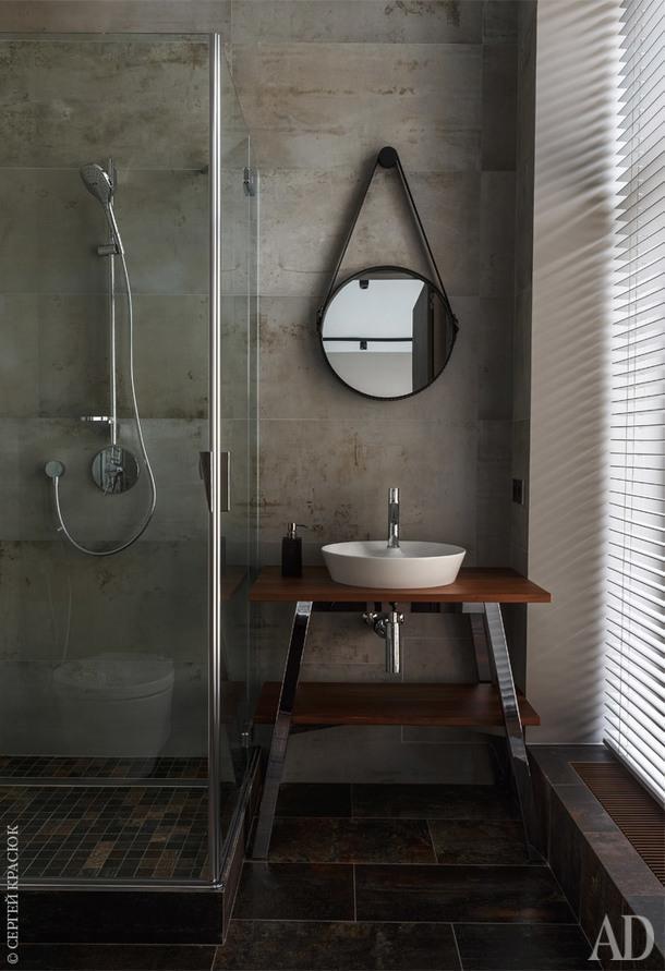 Душевая комната. Верхний душ, Hansgrohe; консоль под раковину, Duravit. Напольная плитка, Revigres Iron.