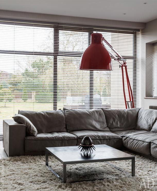 Гостиная. Торшер, George Carwardine; ковер, Rhapsody; диван и столик, Baxter.