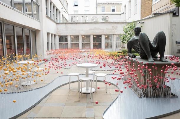 Поп-ап-кафе из шаров для пинг-понга во флагманском магазине Hermès в Лондоне