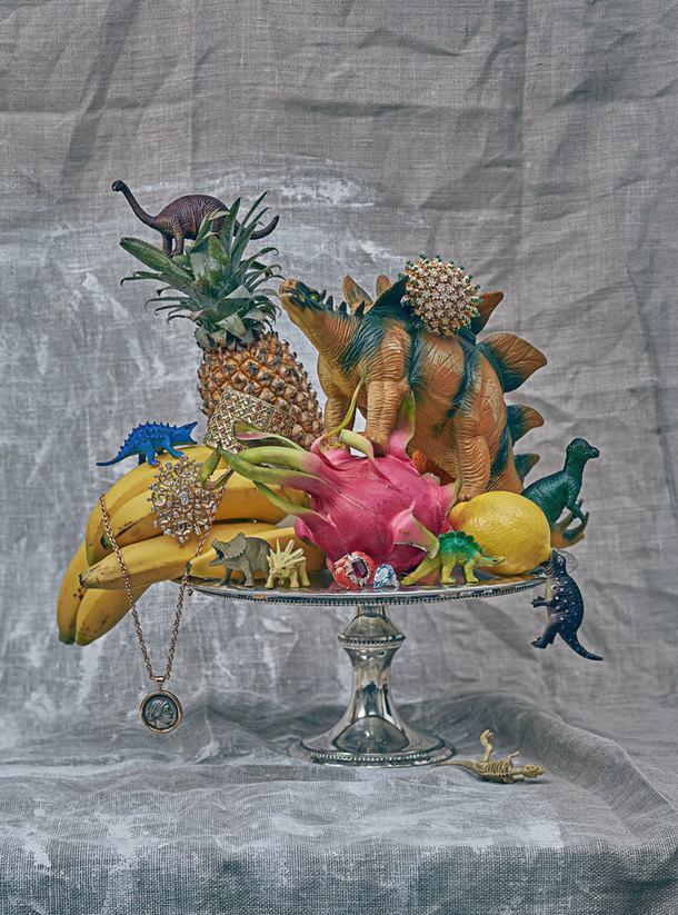 Слева направо: колье Monete, розовое золото, античная монета, Bvlgari; брошь Magnétique, желтое золото, горный хрусталь, бриллианты, Chanel Fine Jewelry; браслет MyDior, желтое золото, бриллианты, спессартины, изумруды, разноцветная шпинель, сапфиры, аквамарины, Dior Joaillerie; кольцо Edesem, белое золото, бриллианты, сапфиры, коралл, рубины, рубеллит, VanCleef &Arpels; кольцо Cluster, платина, аквамарин, бриллианты, Harry Winston; браслет Cactus de Cartier, желтое золото, изумруды, бриллианты, Cartier High Jewelry. Блюдо для торта, металл, Reed &Barton, 42900руб.