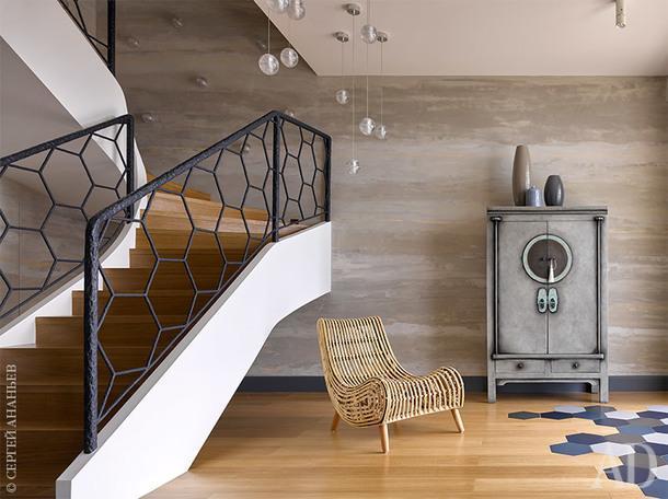Холл. Сложный выкрас стен напоминает о солнечных бликах на морской глади. Кресло Julia Group, шкаф Asia Home, светильники Bocci