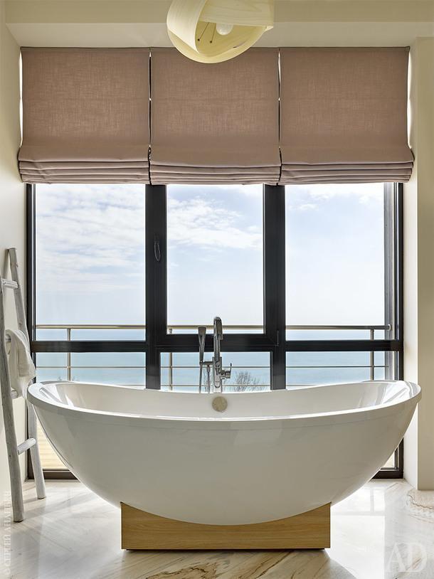 Ванная комната. Шторы Sanderson, ванна Villeroy&Boch, светильник LZF Nut, декоративная лестница Zara, на полу мрамор Palissandro.