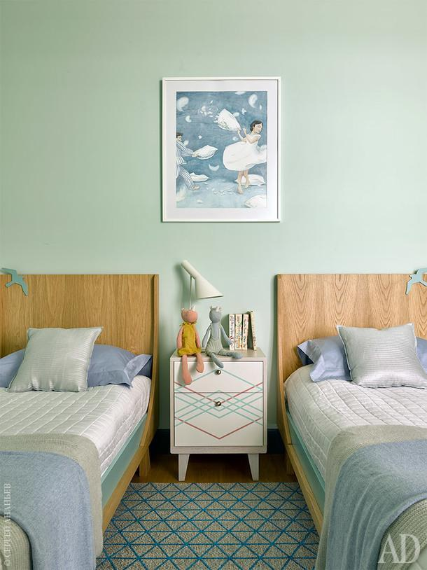 Детская комната. Тумба The Idea, кровати Any Home, на стене акварель Александра Гутова.