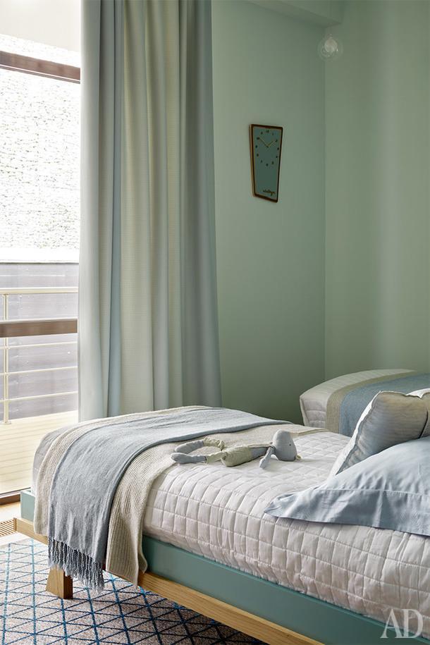 Фрагмент детской. Кровать Any Home, покрывало Frette, часы Maison du Monde.