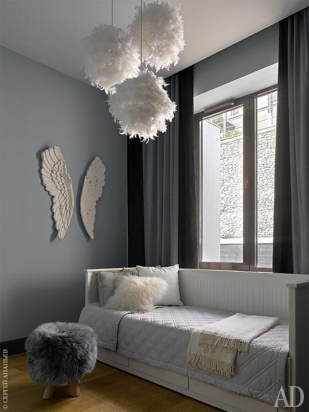 Детская комната. Кровать ИКЕА, покрывало Bovi, шторы Loffilab, декоративные подушки Fendi. Светильники и настенный декор Maison du Monde.