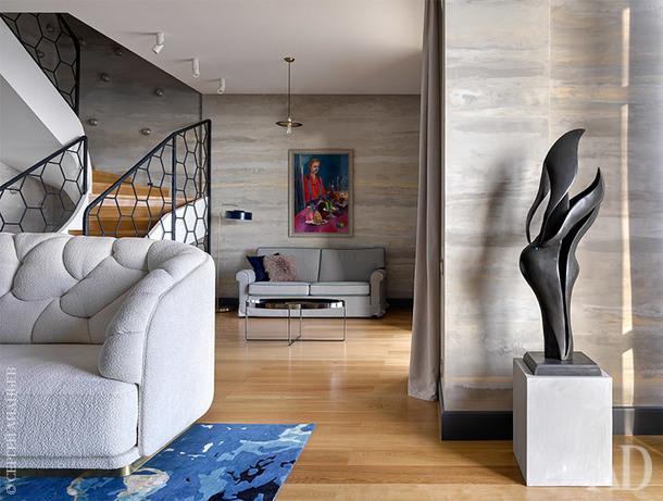Фрагмент гостиной. Бронзовую скульптуру, автор которой остался неизвестным, Наташа привезла из Брюсселя.