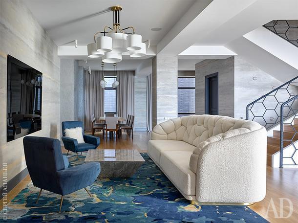 Гостиная. Синий ковер с рисунком морского дна и белый диван войдут в совместную коллекцию Наташи Кюнер и компании Any Home.