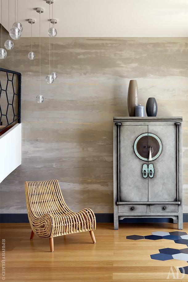 Фрагмент холла. Шкаф Asia Home декорирован ручную: металл долго окисляли, чтобы придать ему «поживший» вид.