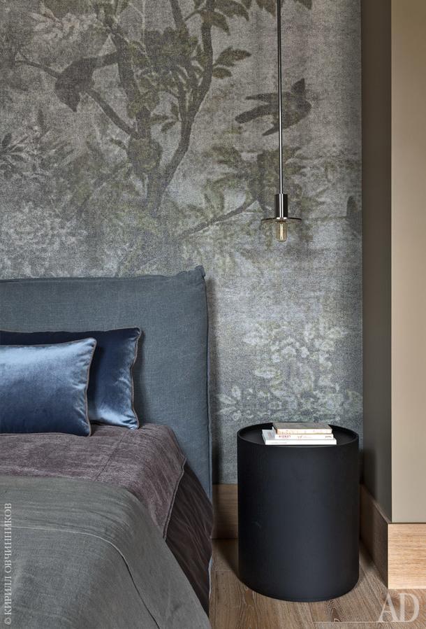 Фрагмент спальни. Стена визголовье оклеена обоями. Светильник, Viabizzuno; накровати, ArtNova, пледы и подушки из ткани, deLeCuona; прикроватная тумбочка, Living Divani.