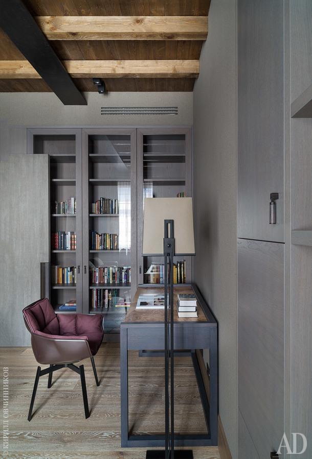 Кабинет. Встроенная мебель, включая фурнитуру, иписьменный стол сделаны назаказ. Кресло, B&B Italia.
