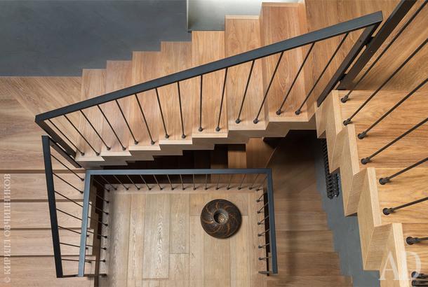 Деревянная лестница сделана по эскизам Анны иАлександра Краузе. Внизуваза, Armani.