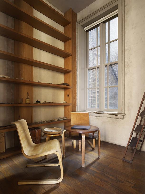 101 SpringStreet, Нью-Йорк. Алвар Аалто, Stool 60, Chairs21, Table 70 (all1932–33); Дональд Джадд, LibraryShelves (1973).