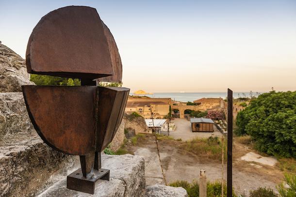 Выставка работ Жана Пруве под открытым небом в Марселе