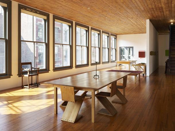 101 Spring Street, Нью-Йорк. Дональд Джадд, Fourth Floor Table 19 and Fourth Floor Low Table 18 (оба 1981), и Serving Table 64 and Cart 62 (оба 1985); Геррит Ритвельд, Zig-Zag Chairs (1934); и неизвестное шведское кресло.