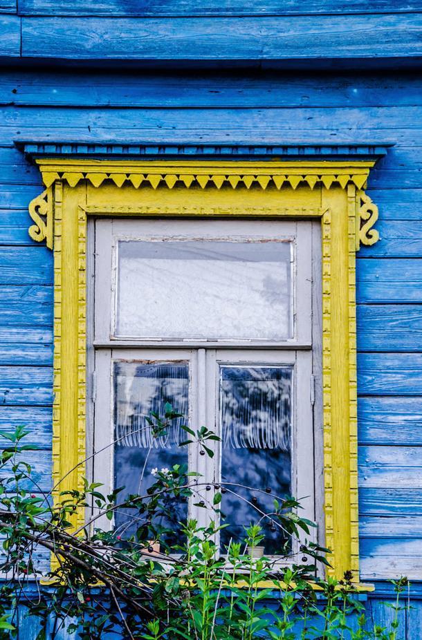 Традиционное деревянное резное окно в Тарусе.