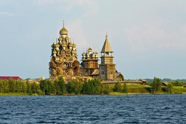 Старинные деревянные церкви на острове Кижи на Онежском озере, объект Всемирного наследия ЮНЕСКО.