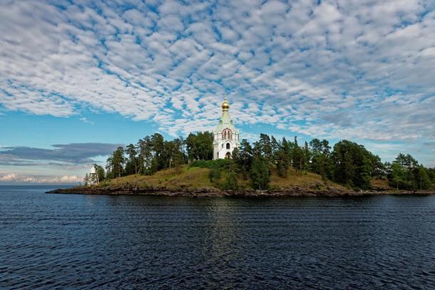 Остров Валаам. Свято-Никольский скит Валаамского монастыря. Ежегодно в Валаамский монастырь прибывает около 100 000 паломников, 90 000 из которых — туристы.