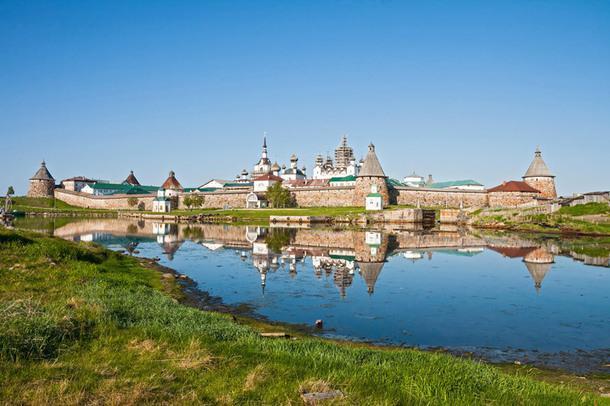 Вид на Соловецкий монастырь.