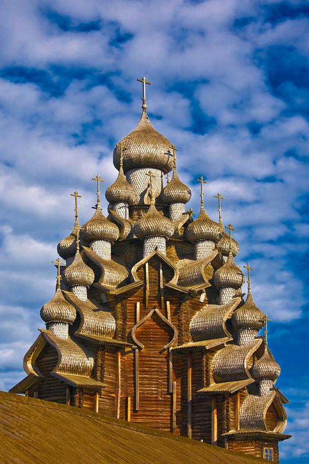 Кижский погост — историческое место, построенное в XVII веке на острове Кижи. Погост — это территория, которая включает в себя две большие деревянные церкви (22-купольная Преображенская церковь и 9-купольная Покровская церковь) и колокольню. В 1990 году он был включен в Список Всемирного наследия ЮНЕСКО, а в 1993 году — в Список объектов культурного наследия России.
