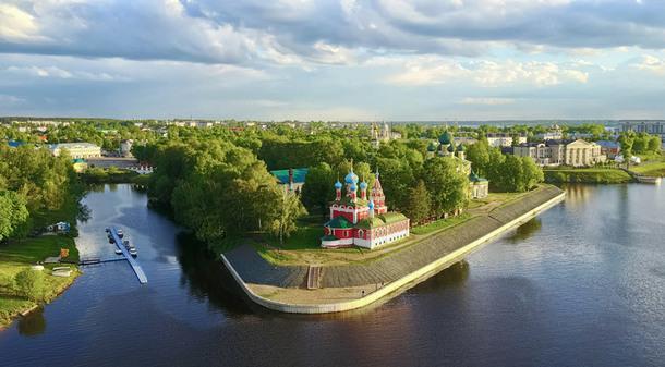 Угличский кремль — историко-архитектурный комплекс, расположенный на правом берегу реки Волги.