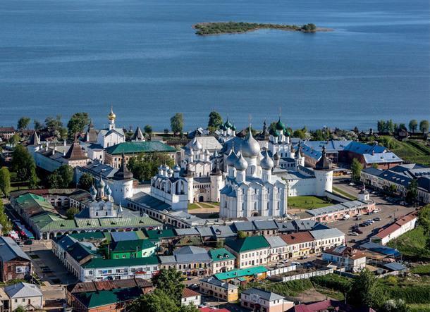 Вид на Ростовский кремль и озеро Неро.