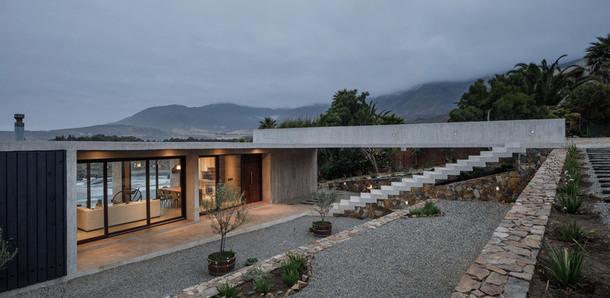 Бетонный дом на берегу Тихого океана