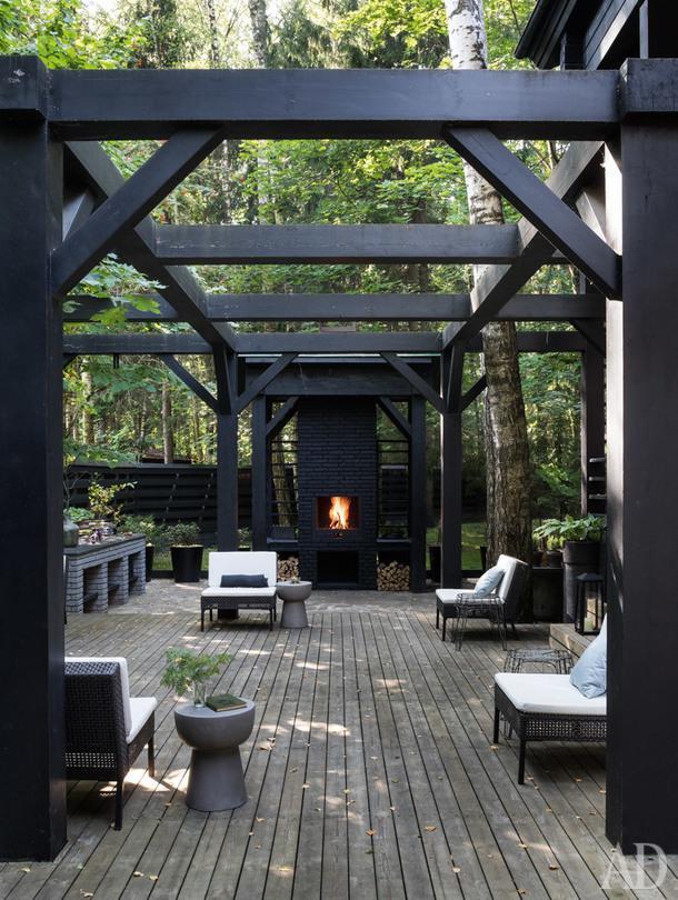 Открытая терраса с камином, сделанным на заказ; садовая мебель, IKEA.