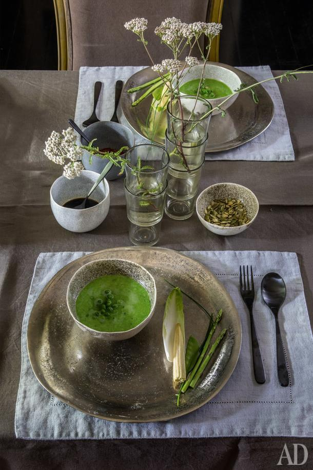 Фрагмент декора стола. Посуда ручной работы ильняная салфетка куплены в Вильнюсе; металлические тарелки из Франции.