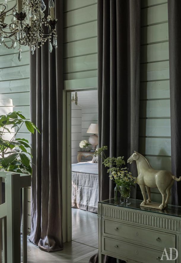 Холл второго этажа с видом на спальню мамы Илоны и Ирины. Льняные шторы, de Le Cuona; антикварная люстра из Франции.