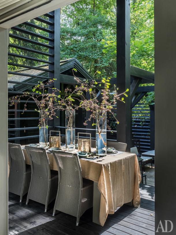 Обеденная зона на террасе дома. Стол сделан на заказ по эскизам дизайнеров; стулья, Vincent Sheppard.