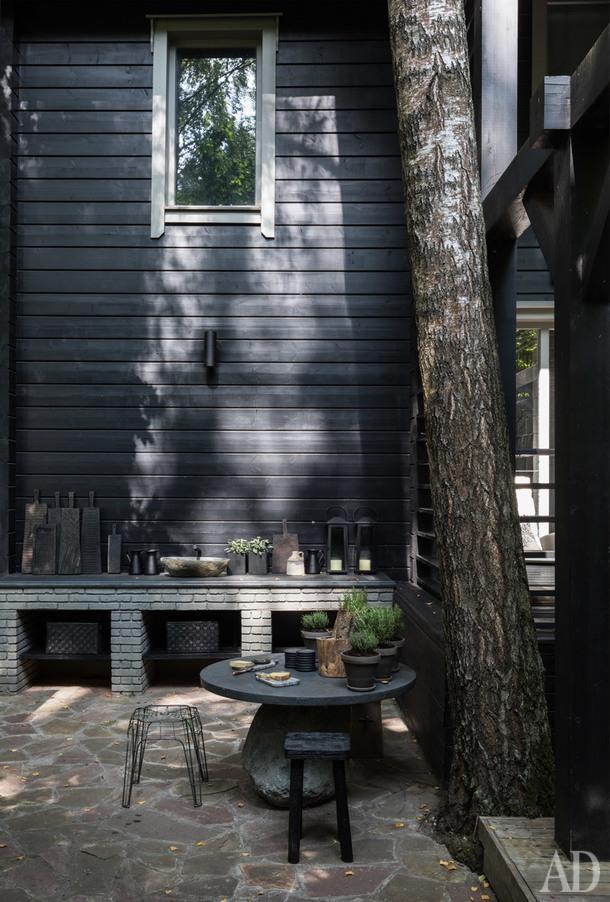 Открытая терраса, переходящая в зону летней кухни. Круглый каменный стол, играющий роль столика дляшампанского, Leform.