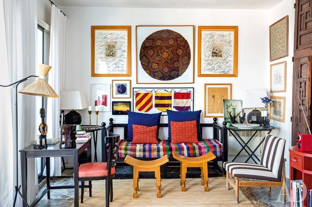 В гостиной табуреты вафриканском стиле и стол подизайну Жан-Мишеля Франка. Светильник 1950‑хгодов. Стул сделан подизайну хозяина. Настене среди рисунков — работы Эрве вандер Стратена.