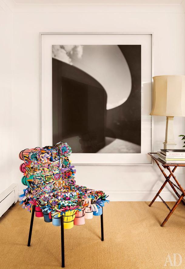Фрагмент гостиной. Стул Shushi Chair из фетровых лент, дизайн братьев Фернандо и Умберто Кампана. На стене фотография ХиросиСугимото.