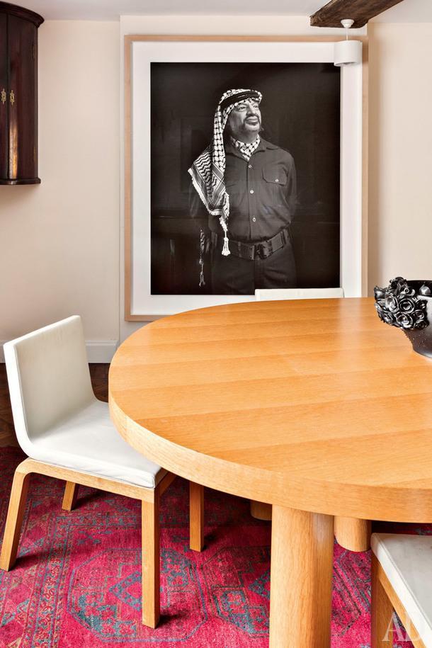 Фрагмент столовой в главном доме. Стулья по дизайну Индии Мадави. Фотография Энди Голдсуорти.