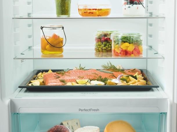 В холодильниках Miele значительно больше места для хранения продуктов питания - можно поставить целый противень.