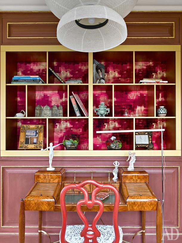 Эта зона находится застеной в изголовье кровати вглавной спальне. Стол истул когда-то были куплены наMaison &Objet ивместе с хозяйкой переехали нановую квартиру. Торшер, Artemide; подвесной светильник по дизайну Хайме Айона, &tradition; текстиль, Harlequin.