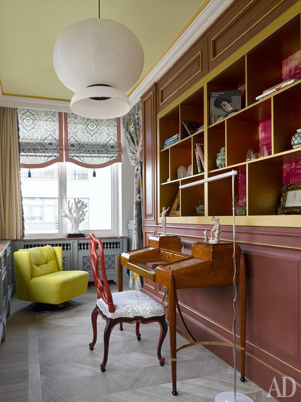 Фрагмент спальни. Стол, французский винтаж из коллекции хозяйки; торшер, Artemida. Потолок выкрашен краской Little Greene.