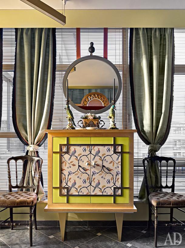 """Первая прихожая. Зеркало итумба сделаны по эскизам Хомяковых в Италии. Стулья остались от прежних хозяев. Шторы из """"дикого"""" шелка, James Hare."""
