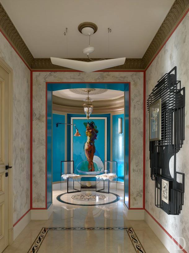 Коридор. Живописное полотно, Mateja Petkovic, Босния, нашли и заказали через Инстаграм. Прозрачные стулья из акрила созданы по дизайну Ниссы Кинжалиной. Арт-объект — по эскизам дизайнеров.