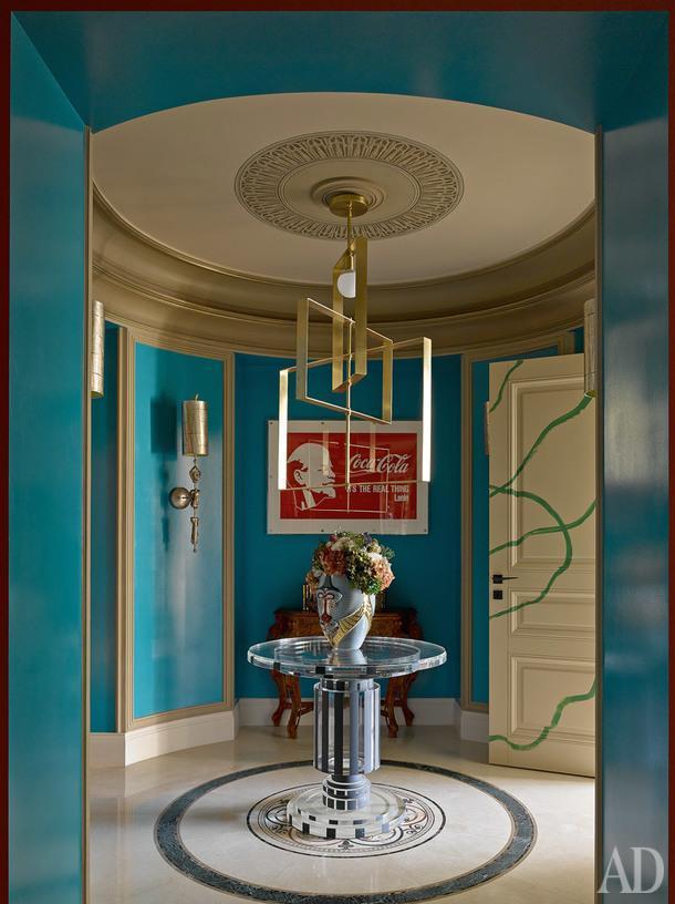 """Прихожая. Латунный светильник и акриловый стол сделаны по эскизам дизайнеров. На стене постер """"Ленин и Coca-Cola"""" Александра Косолапова. Дверь встроенного шкафа расписал в стиле стрит-арта Алексей Kио."""