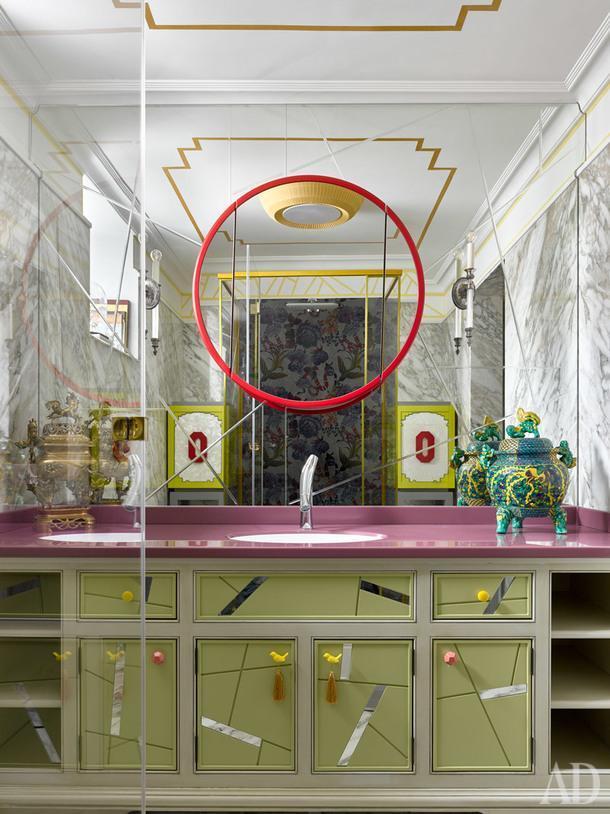 Санузел. Фасады существующей тумбы передали и дополнили зеркальными вставками. Над тумбой, зеркальное панно по эскизам дизайнеров. Вазы, антиквариат из Китая.