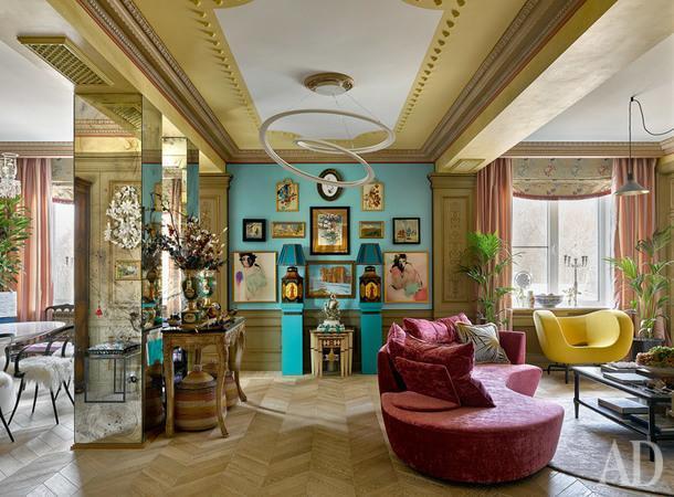 Общий вид кухни-гостиной. Стол, Emmemobili; поцентру люстра, Artemide. Потолок украшен гипсовыми полусферами по эскизу дизайнеров. Шторы из ткани, JAB; римская штора, VereldeBelval.