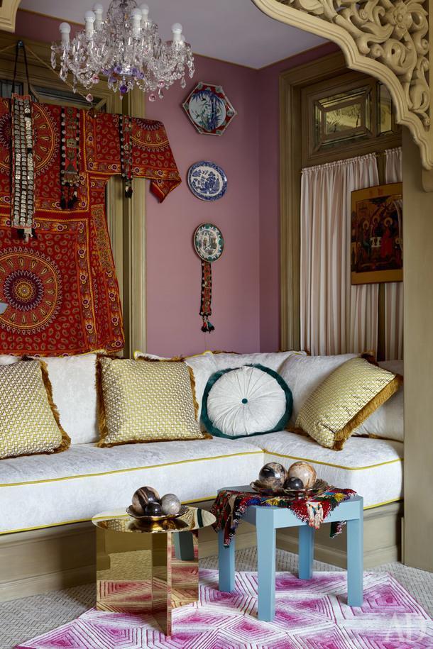 Фрагмент чайной комнаты. Слева традиционный наряд узбекской невесты, привезен хозяйкой из путешествий. Бирюзовый столик из полированной латуни Hay, создан по эскизам дизайнеров. Ковер от Карима Рашида.