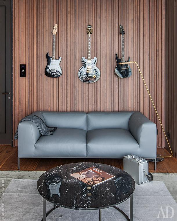 Кабинет в московской квартире. Стена выложена панелями из массива ореха для хорошей акустики помещения.