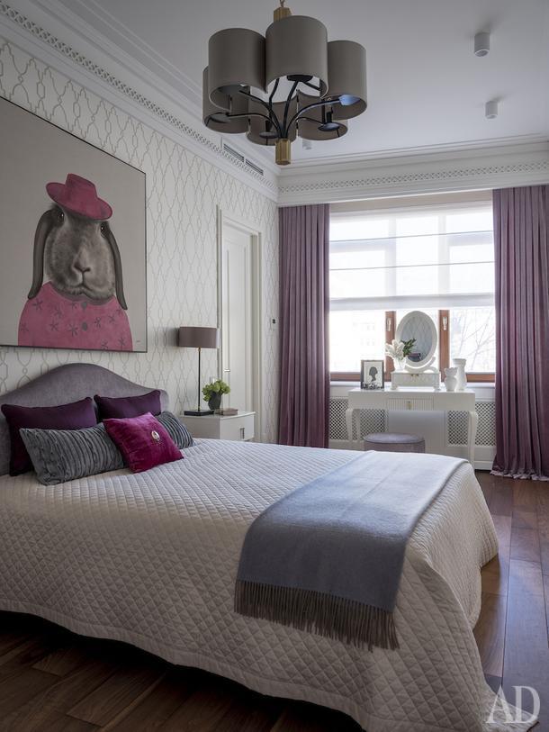 Спальня дочери. Кровать, Flou; туалетный стол, пуф и тумбочки, LCI; книжный шкаф произведен по эскизам архитектора; люстра, Officina Luce.