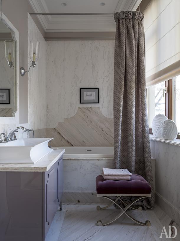 Ванная комната дочери. Пуф, Christopher Guy; бра, Vaughan; мойдодыр, Oasis.