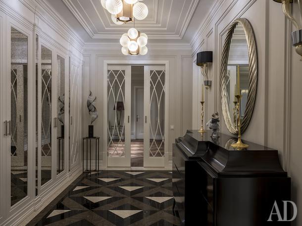Холл. Шкафы произведены по эскизам архитектора. Люстра и бра, Barovier&Toso; комод, Christopher Guy; столик, Krasski.