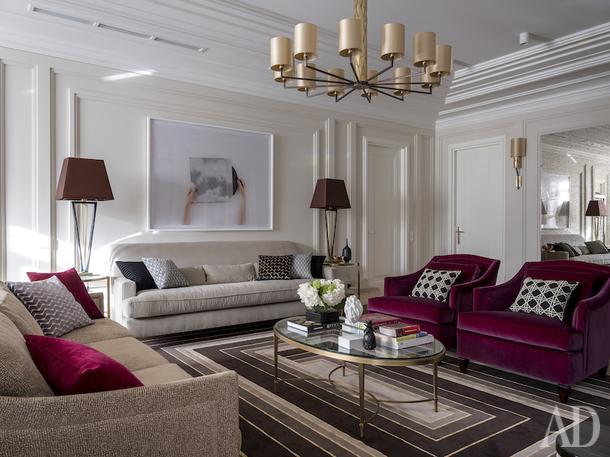 Гостиная. Хозяйка квартиры любит винный цвет, и дизайнеры использовали его в обивке кресел.