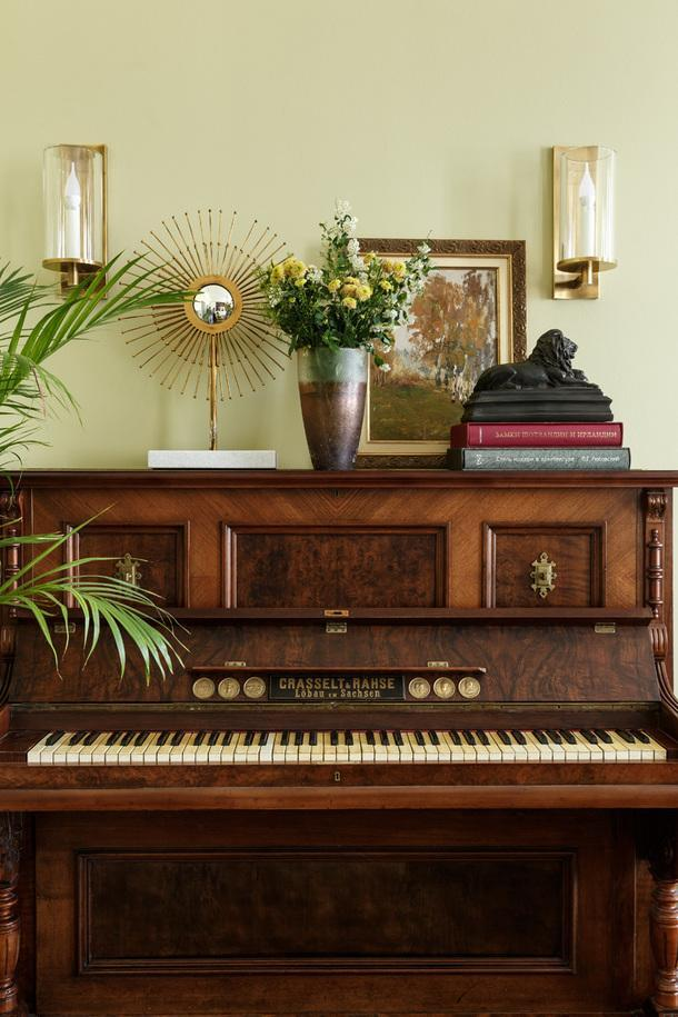 Фрагмент гостиной. Пианиностаринное, немецкое, 1890 года.<br /> Пейзаж русского художника А. Федорова, 1909 год.